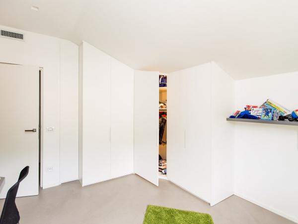 camera con soffitto in pendenza