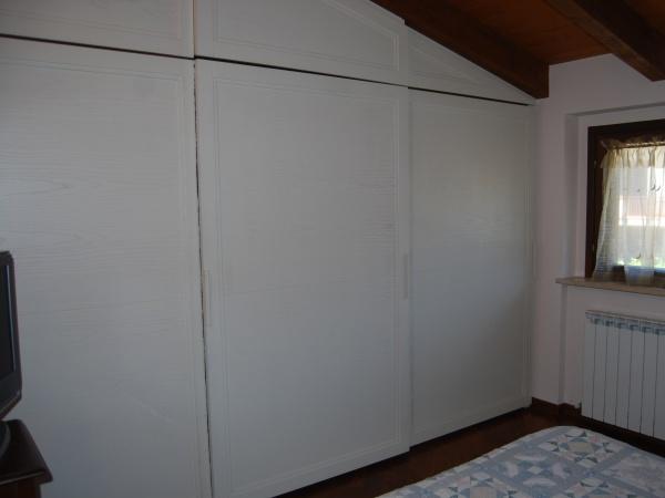 soluzione per 3 ante scorrevoli con soffitto in pendenza