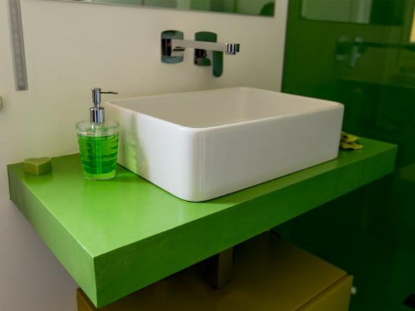 lavabo da appoggio con piano in resina
