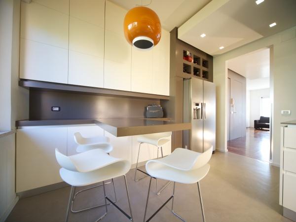cucina con piano in krion grigio